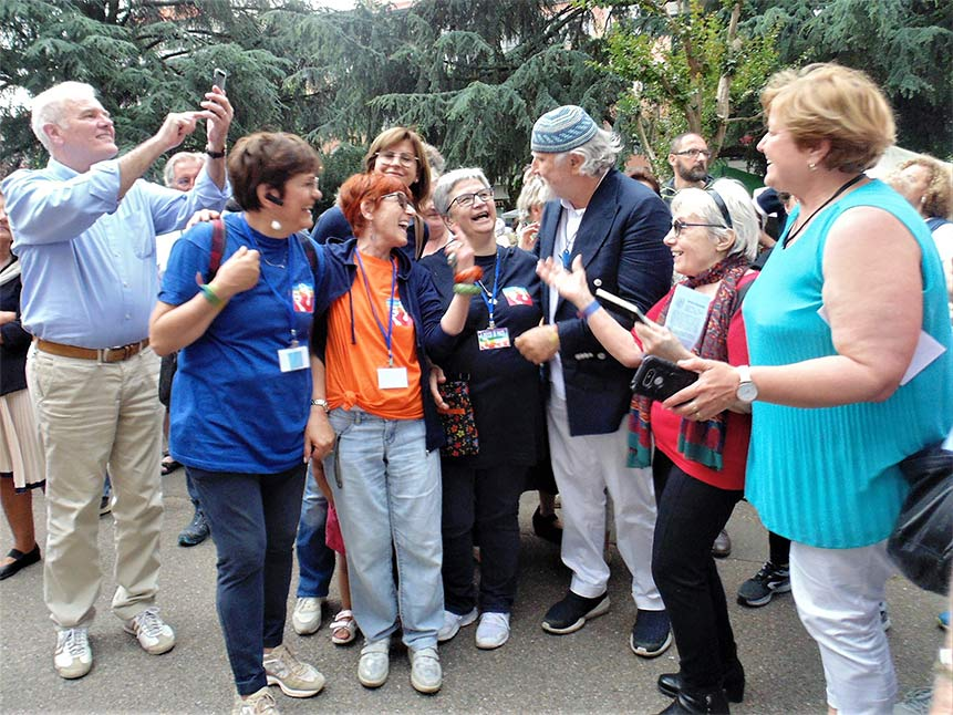 Moni Ovadia con alcuni partecipanti